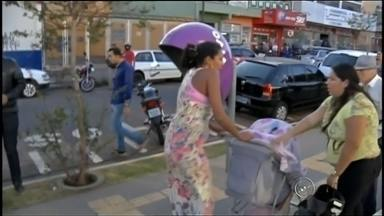 Mulher assalta idoso e esconde dinheiro em carrinho de bebê em Assis - Uma mulher, que levava a filha de dois meses, assaltou um idoso e escondeu o dinheiro no carrinho do bebê, em Assis (SP). Ela foi presa pela polícia.