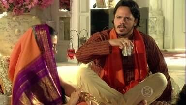 Amithab critica Raj - O filho mais velho de Opash diz a Laksmi que Raj quer tomar o seu lugar nos negócios da família