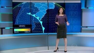 Chegada de frente fria provoca chuva no Rio Grande do Sul - Há previsão de chuva fraca também na região do litoral que vai do Espírito Santo até o Rio Grande do Norte e ainda na faixa que vai do norte do Maranhão até o o norte do Amazonas.