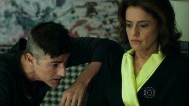 Fanny aceita dividir Anthony com Giovanna - Empresária não consegue terminar relacionamento com modelo