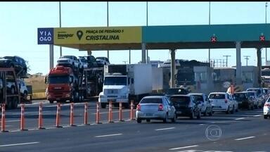 Motoristas reclamam de novos pedágios em Minas e Goiás - Novos pedágios da BR-040, em Minas e Goiás, começaram a funcionar na quinta-feira (30), com muita reclamação dos motoristas. Em Cristalina (GO), a praça de pedágio fica dentro da cidade.