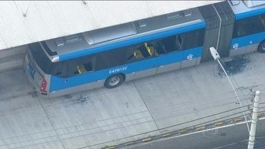 Tentativa de assalto termina com passageiros de ônibus feridos em Madureira, no Rio - O tiroteio aconteceu no início da manhã desta sexta-feira (31), em uma perseguição de policiais militares a bandidos. Vários tiros atingiram um ônibus do sistema BRT, que estava lotado de passageiros a caminho do trabalho.