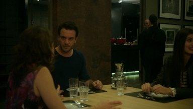 Alex critica os hábitos de Carolina - Fanny aparece no apartamento do empresário durante jantar de família
