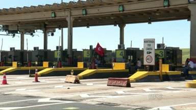 Integrantes do MST fecham praças de pedágio em todo estado - O protesto é contra o corte de recursos para a reforma agrária