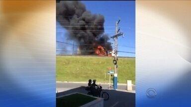 Motocicleta em chamas interrompe tráfego na BR-101, em Balenário Camboriú - Motocicleta em chamas interrompe tráfego na BR-101, em Balenário Camboriú