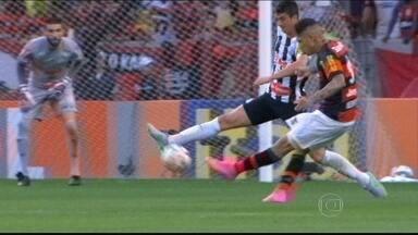 Com recorde de público no campeonato, Flamengo começa bem, mas cede empate ao Santos - Rubro-Negro abriu dois gols, mas santistas chegaram ao empate.