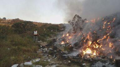 Brigadistas contêm incêndio no lixão de São Thomé das Letras (MG) - Brigadistas contêm incêndio no lixão de São Thomé das Letras (MG)