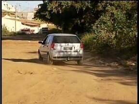 Calendário: Moradores do Bairro Vila do Sol em GV pedem asfaltamento em via - Rua foi transformada em ponto de despejo de entulho.