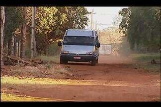 Vans atrasam no 1º dia de aula dos alunos da zona rural de Uberlândia - Responsáveis pelo transporte dos alunos não conheciam trajeto. Prefeitura diz que vanzeiros foram treinados.