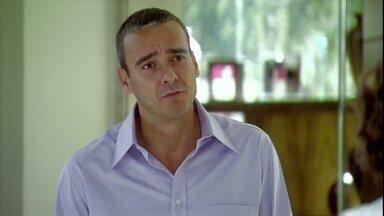 Raul pede desculpas a Sílvia - O casal faz as pazes. O empresário pede que a esposa tenha paciência para superar a má fase