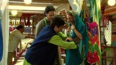 Ravi e Amithab ensinam Dayse a usar um sári - Dayse se empolga ao se vestir como uma indiana. Opash leva Raj ao templo de Hanuman pedir agilidade no visto americano do filho. Dayse acena para os dois, que estranham