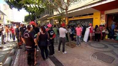 PM retira manifestantes que haviam ocupado prédio da Junta Comercial de Minas - Cerca de 150 pessoas estavam no local.