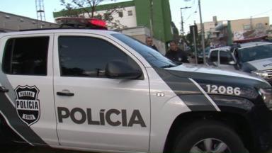 Operação da polícia prende integrantes do PCC no Paraná - 23 pessoas foram presas suspeitas de envolvimento com o tráfico de drogas e homicídio. Veja essa e outras notícias que foram destaque no estado nesta segunda-feira.