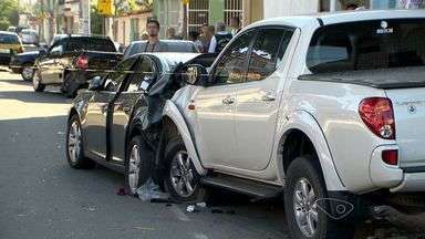 Motorista passa mal, provoca acidente e morre, na Serra, ES - De acordo com a Guarda, ele morreu dentro do veículo.Acidente aconteceu na avenida Região Sudeste, no bairro Barcelona.