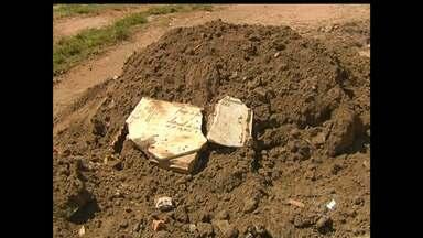 Moradores denunciam despejo de lixo de cemitério em rua do bairro Santo André - Segundo moradores, material foi despejado por uma caçamba.