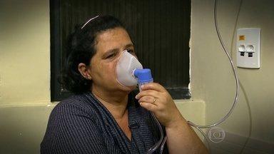 SP tem padrão de medição de qualidade do ar muito acima do índice estipulado pela OMS - Para a Organização Mundial da Saúde, o máximo de poluição de poeira que a pessoa pode respirar por dia para se manter saudável é de 50 microgramas por metro cúbico de ar. Em São Paulo, a Cetesb estipula em 120 microgramas esse limite. Mas, nos hospitais é possível encontrar muitos pacientes que sofrem os efeitos do ar poluído.
