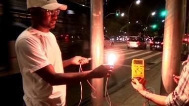 Postes têm tensão elétrica capaz de acender lâmpada em avenida da Zona Oeste da capital - O problema foi identificado por um técnico que fazia a manutenção de um radar de trânsito e tomou um choque em dos postes metálicos da Avenida Faria Lima. Os postes foram colocados na avenida em 2012.