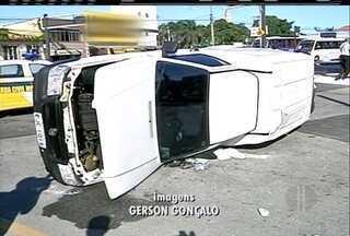 Carro capota em Campos, RJ, após ser atingido por um ônibus e atropela pedestre - Pedestre está com estado de saúde estável.