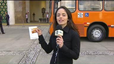 Cartão eletrônico do transporte coletivo da Região Metropolitana é lançado em Curitiba - A partir de quinta-feira (6), passageiros das linhas de ônibus da Região Metropolitana deverão usar esse cartão para pagar a tarifa. O novo sistema de bilhetagem vai substituir o Metrocard, o ticket de papel.