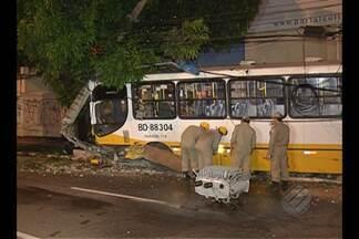 Ônibus atinge poste na Almirante Barroso - Acidente provocou a interdição da via.