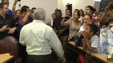 Moradores de Jacarezinho (PR) protestam contra vereadores da cidade - A revolta é contra os vereadores que se recusaram a votar um projeto que reduzia o salário deles. O presidente da Câmara de Jacarezinho teve de sair escoltado pela polícia.