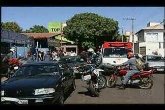 Homem é baleado durante perseguição policial em Uberaba - Ele foi flagrado arrombando um veículo, informou a PM. Equipe do Samu encaminhou o homem para o HC-UFTM.