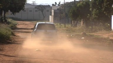 Moradores reclamam da poeira no Parque Primavera, em Aparecida de Goiânia - Unidade baixa, temperaturas altas e seca pioram a situação de quem mora na região.