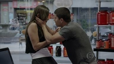 Duca socorre Nat e se preocupa com o estado da lutadora - O lutador deixa Nat confusa ao pedir desculpas por tê-la pressionado