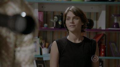 Karina desconfia que Bianca e Jade estão armando algo - Bianca e Jade usam luneta para espionar Nat