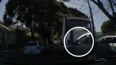 Telespectador mandou imagens de um ônibus que fez um estrago em alguns carros - Numa rua de Maringá ele arrancou um retrovisor e em seguida bateu num carro e depois seguiu em frente