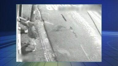 Câmeras flagram pichação em Sorocaba - Câmeras de segurança flagraram uma cena de vandalismo em Sorocaba (SP). As imagens mostram pichadores em ação na Zona Leste.