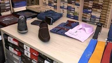 Veja quanto se paga de impostos no setor de vestuário - O Dia dos Pais, no próximo domingo (9), atrai muitos filhos às lojas de vestuário à procura de presentes. Porém, o que muitos não sabem é a quantidade de impostos que se paga em roupas, sapatos e perfumes. Confira na reportagem.