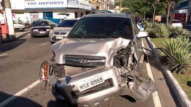 Acidente com cinco carros complica trânsito em avenida de Vitória - Colisão interditou a avenida Vitória, no sentido Praia do Canto.Uma ambulância do Samu foi enviada para prestar socorro.