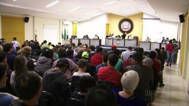 Moradores de General Carneiro protestaram ontem na Câmara de Vereadores - Eles são contra o aumento no salário de vereadores que foi aprovado para o próximo mandato.