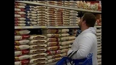 Crise faz 'voltar' a moda compras de produtos a granel na região - Em tempos de crise econômica, o consumidor está voltando a uma prática antiga: comprar produtos a granel. Além de ser bem mais baratos, dá pra escolher e levar somente a quantidade necessária.