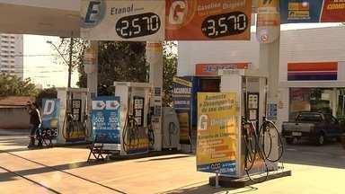 Fiscais do Procon fiscalizam se postos baixaram preço dos combustíveis em Goiânia - Mesmo depois das notificações, eles encontraram postos com o preço alto.