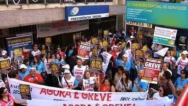 Servidores do INSS protestam no centro de Goiânia - Categoria está em greve há mais de 20 dias. Maioria dos serviços está parado.