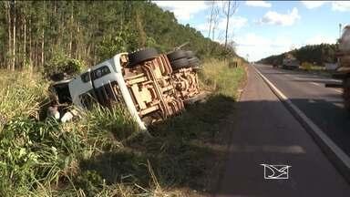 Carreta tomba na BR-010 e fere motorista - Uma carreta tombou na BR-010. O motorista da carreta que viajava sozinho teve ferimento nas pernas. As causas do acidente ainda não foram esclarecidas.
