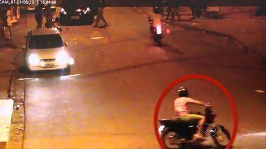Motociclista que atropelou e matou menino se apresenta à polícia, no ES - Homem contou que tentou socorrer o menino, mas temeu um linchamento. Ele foi ouvido e liberado, pois não houve flagrante.