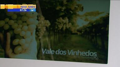 Público pode conferir pontos turísticos em totens digitais em Bento Gonçalves, RS - Informações estão disponíveis em português, inglês e espanhol.