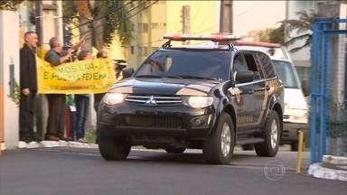 José Dirceu já está na carceragem da Polícia Federal, em Curitiba - Ele foi preso na 17ª fase da Operação Lava Jato, acusado dos crimes de lavagem de dinheiro, corrupção passiva e organização criminosa.