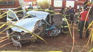 Acidente entre caminhão e carro deixa mulher ferida em Cruz das Posses, SP - Colisão na Rodovia Alcídio Balbo deixou motorista presa nas ferragens. Vítima foi socorrida e levada para um hospital em Sertãozinho, SP.