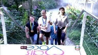 Tocha olímpica chega ao Mais Você com time de atletas! - Cissa Guimarães se emociona com o símbolo