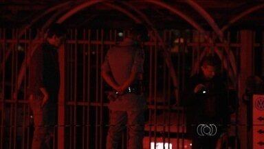 Jovem é morto após reagir a assalto em Goiânia - Vítima tentou correr, mas foi baleada em estacionamento de concessionária. Crime ocorreu logo depois de o rapaz sair do trabalho, em Goiânia