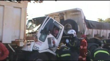 Vítimas do acidente na BR-153, em Rio Preto, recebem alta de hospital - É estável o estado de saúde dos 13 feridos no acidente que aconteceu na BR-153, em Rio Preto (SP). Cinco veículos se envolveram na batida, entre eles dois caminhões e uma van de transporte de pacientes. Os feridos receberam atendimento médico, mas foram liberados nesta quarta-feira (5).