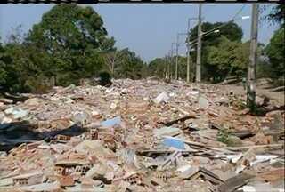 Entulhos de casas demolidas em 2014 no bairro Tapera, em Campos, ainda não foram retirados - Local é propício para proliferação da dengue.
