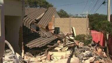 Caminhão desgovernado atinge duas casas em Patrocínio Paulista, SP - Nenhum morador ficou ferido. Motorista conta que freio falhou e veículo desceu a rua de ré.