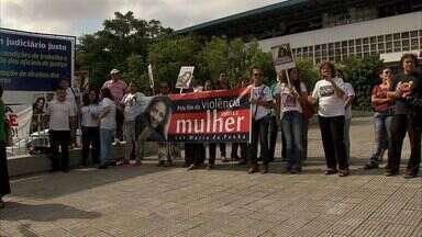 Manifestação em Fortaleza pede o fim da violência contra a mulher - De janeiro a junho, 22 mulheres foram assassinadas no Ceará