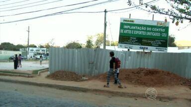 Moradores de Três Rios, RJ, cobram término das obras nas áreas de lazer - No bairro Triângulo a comunidade organizou um protesto bem humorado pelo aniversário de um ano de trabalhos parados.