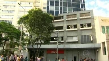 Homem armado rende funcionários de loja em Botafogo - Tentativa de assaltos em uma loja de celulares acontece na rua Voluntários da Pátria, em Botafogo. Um homem armado teria rendido funcionários da loja.